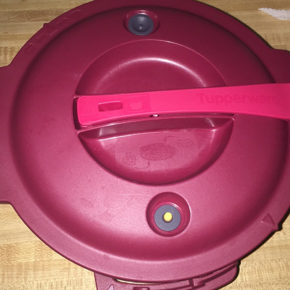 Other - Tupperware microwave pressure cooker